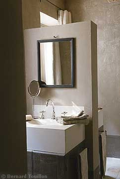 bath vanity - image by Bernard Touillon via cotemaison fr,  Août-Septembre 2005, Maison Famille, La Nouvel Le Vie d Un Mas En Provence as seen on linenandlavender.net - http://www.linenandlavender.net/2014/01/backtoprovence.html