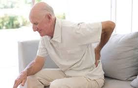 Dores nas costas é uma das principais queixas da população idosa