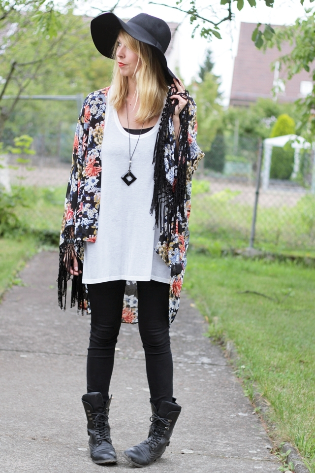 Fashionblogger Outfit Kimono Jeans Schlapphut Boots Buffalo
