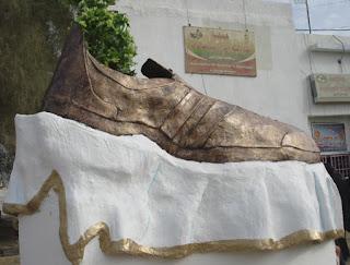 Monumento al zapato en cuestión en la ciudad natal de Saddam Hussein: