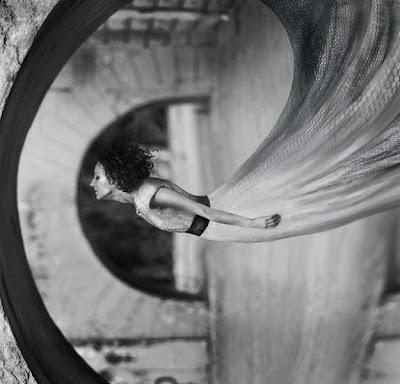 Mujer y vestido espiral