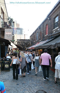 Lots of stalls at Stables Market, Camden, London. Montones de puestos en el Mercado de los Establos, Camden, Londres.