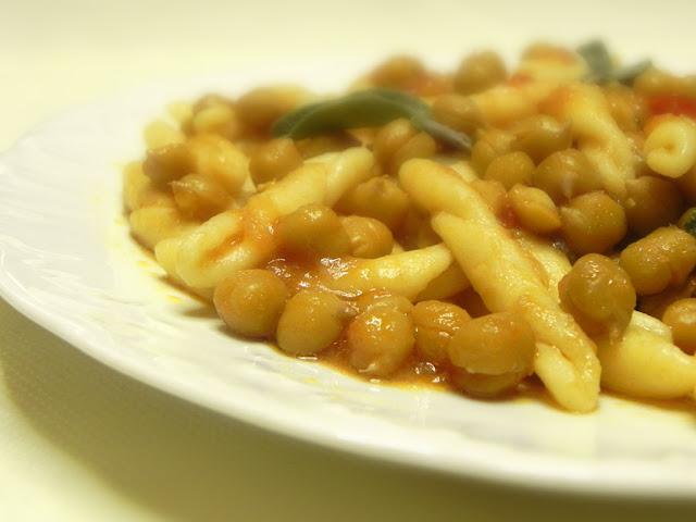 hiperica_lady_boheme_blog_cucina_ricette_gustose_facili_e_veloci_fusilli_freschi_con_ceci_salvia_e_pomodoro.jpg