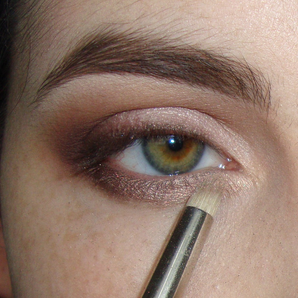 Pittpanthermua tutorial defined smokey everyday burgundy look blend a shimmery light gold shade on the inner 23 of the lower lash line product used creme brulee champagne truffle brush used mac 227 dupe baditri Images