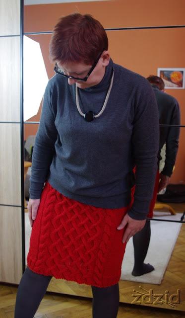 Czerwona spódnica.