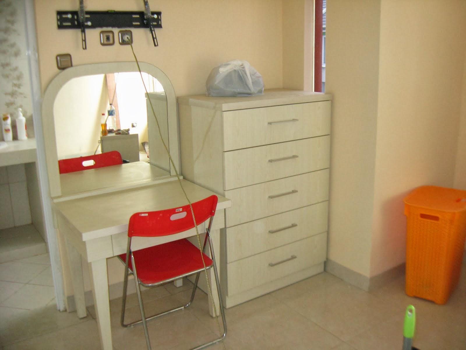 Meja Riyas dan kabinet laci laci