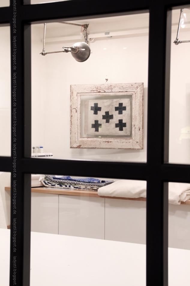 Rialto Living Palma Blick ins Atelier mit Stoffen und Kreuz-Bild
