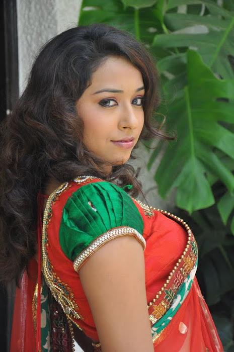 model zeba saree