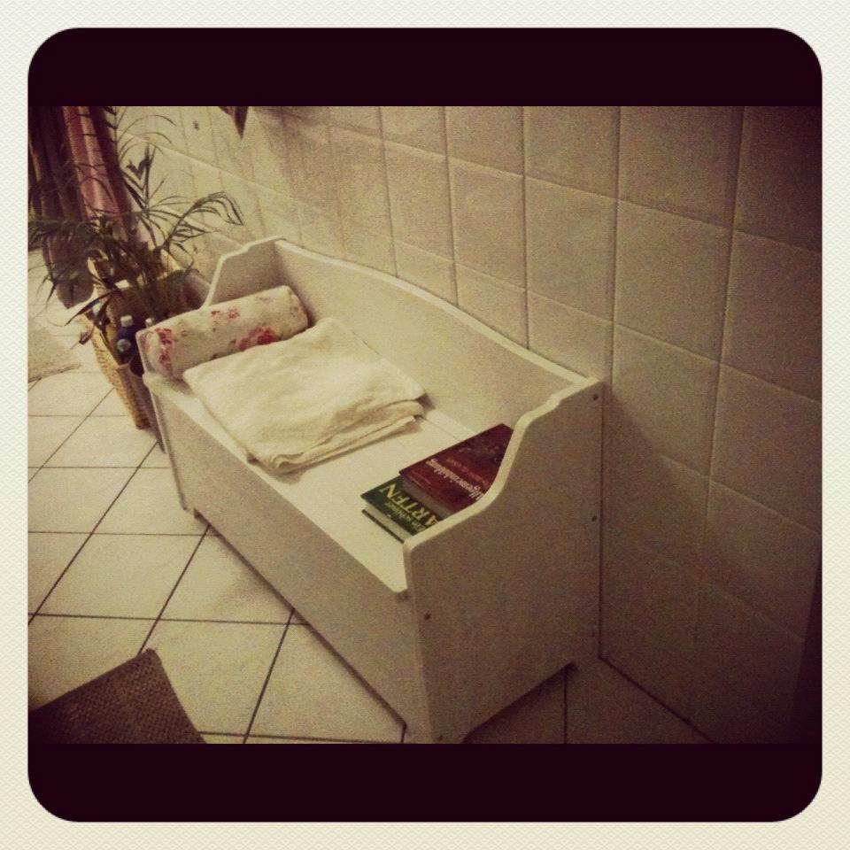 Alte Sitztruhe Weiß Lackiert Und In Eine Neue Sitzgelegenheit Fürs  Badezimmer Umfunktioniert. Heidi Klum Macht Dehnübungen Während Dem  Zähneputzen Und Ich ...