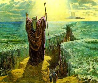 """Disse o Senhor a Moisés:  """"Diga aos israelitas que mudem o rumo e acampem perto de Pi-Hairote, entre Migdol e o mar. Acampem à beira-mar, defronte de Baal-Zefom.  O faraó pensará que os israelitas estão vagando confusos, cercados pelo deserto.  Então endurecerei o coração do faraó, e ele os perseguirá. Todavia, eu serei glorificado por meio do faraó e de todo o seu exército; e os egípcios saberão que eu sou o Senhor"""". E assim fizeram os israelitas.  Contaram ao rei do Egito que o povo havia fugido. Então o faraó e os seus conselheiros mudaram de idéia e disseram: """"O que foi que fizemos? Deixamos os israelitas saírem e perdemos os nossos escravos! """"  Então o faraó mandou aprontar a sua carruagem, e levou consigo o seu exército.  Levou todos os carros de guerra do Egito, inclusive seiscentos dos melhores desses carros, cada um com um oficial no seu comando.  O Senhor endureceu o coração do faraó, rei do Egito, e este perseguiu os israelitas, que marchavam triunfantemente.  Os egípcios, com todos os cavalos e carros de guerra do faraó, os cavaleiros e a infantaria, saíram em perseguição aos israelitas e os alcançaram quando estavam acampados à beira-mar, perto de Pi-Hairote, defronte de Baal-Zefom.  Ao aproximar-se o faraó, os israelitas olharam e avistaram os egípcios que marchavam na direção deles. E, aterrorizados, clamaram ao Senhor.  Disseram a Moisés: """"Foi por falta de túmulos no Egito que você nos trouxe para morrermos no  deserto? O que você fez conosco, tirando-nos de lá?  Já não lhe tínhamos dito no Egito: Deixe-nos em paz! Seremos escravos dos egípcios! Antes ser escravos dos egípcios do que morrer no deserto! """"  Moisés respondeu ao povo: """"Não tenham medo. Fiquem firmes e vejam o livramento que o Senhor lhes trará hoje, porque vocês nunca mais verão os egípcios que hoje vêem.  O Senhor lutará por vocês; tão-somente acalmem-se"""".  Disse então o Senhor a Moisés: """"Por que você está clamando a mim? Diga aos israelitas que sigam avante.  Erga a sua vara e estenda """