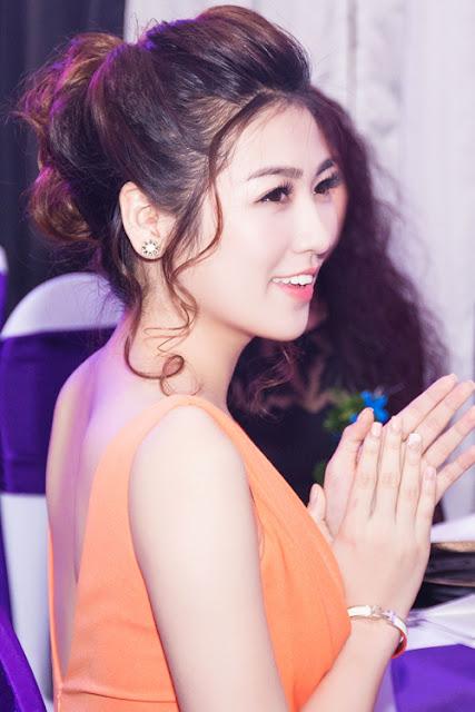 Cô trang điểm theo kiểu Hàn Quốc, mái tóc bới cao thể hiện sự quý phái.