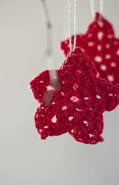 Sofia Sobeide: Free pattern: Easy crocheted poinsettia flowers