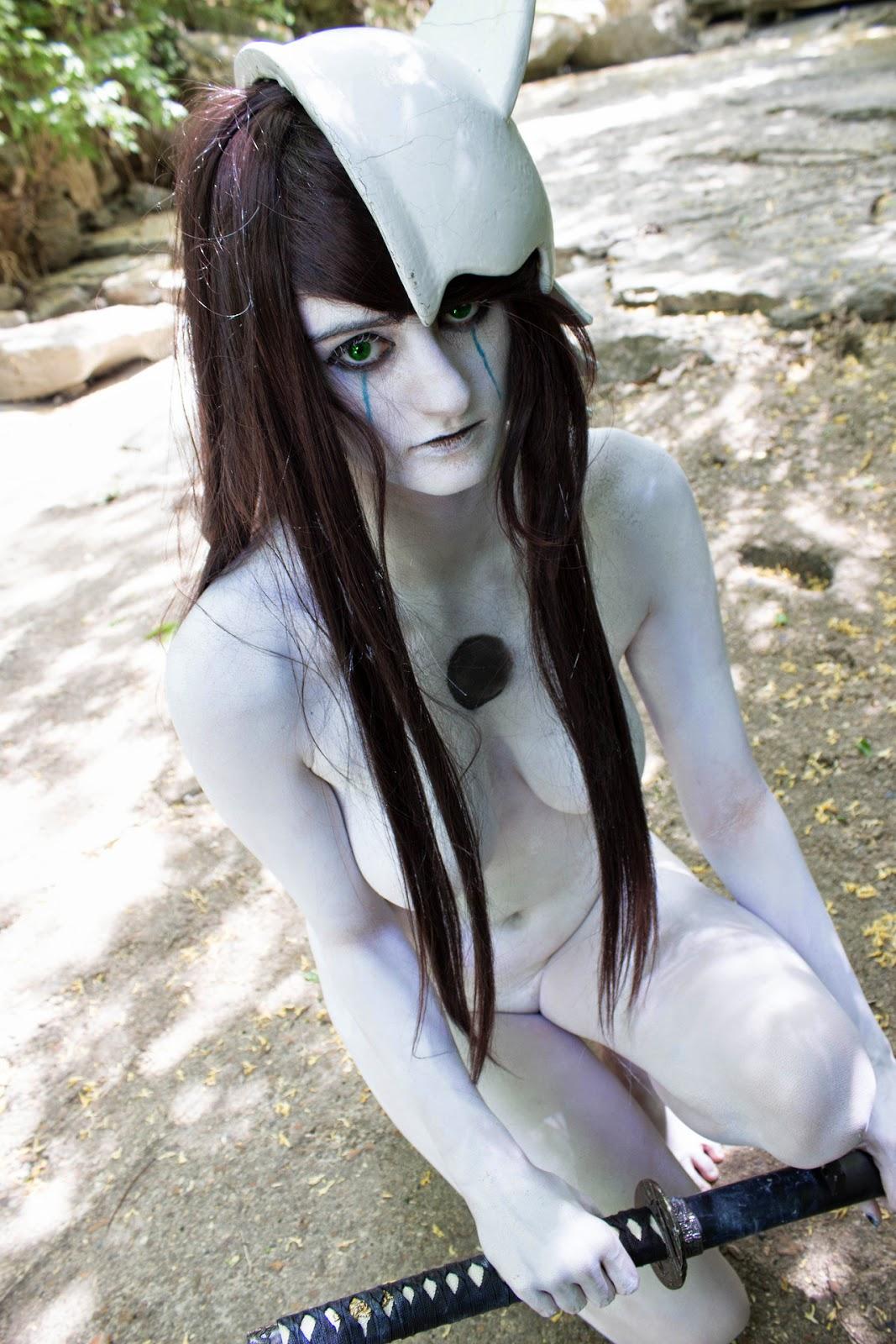 photo de cosplay d'une jeune femme nue en body paint blanc avec un sabre et une protection cranièennedans la nature