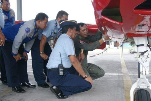 Marsma Abdul Muis melihat instrumen pesawat KT-1B