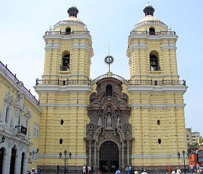 La ciudad de Lima. Peru. El Convento de San Francisco contiene dentro las famosas catacumbas, que son una serie de bóvedas subterráneas (debajo de las capillas de la Iglesia), que se utilizaron hasta principios del siglo XIX y sirvieron de sepultura a miembros de la cofradía y hermandades. La ciudad de Lima. Perú