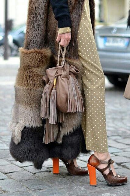 Acessórios tendências 2015 - malas, bolsas e carteiras  com berloques e pompons