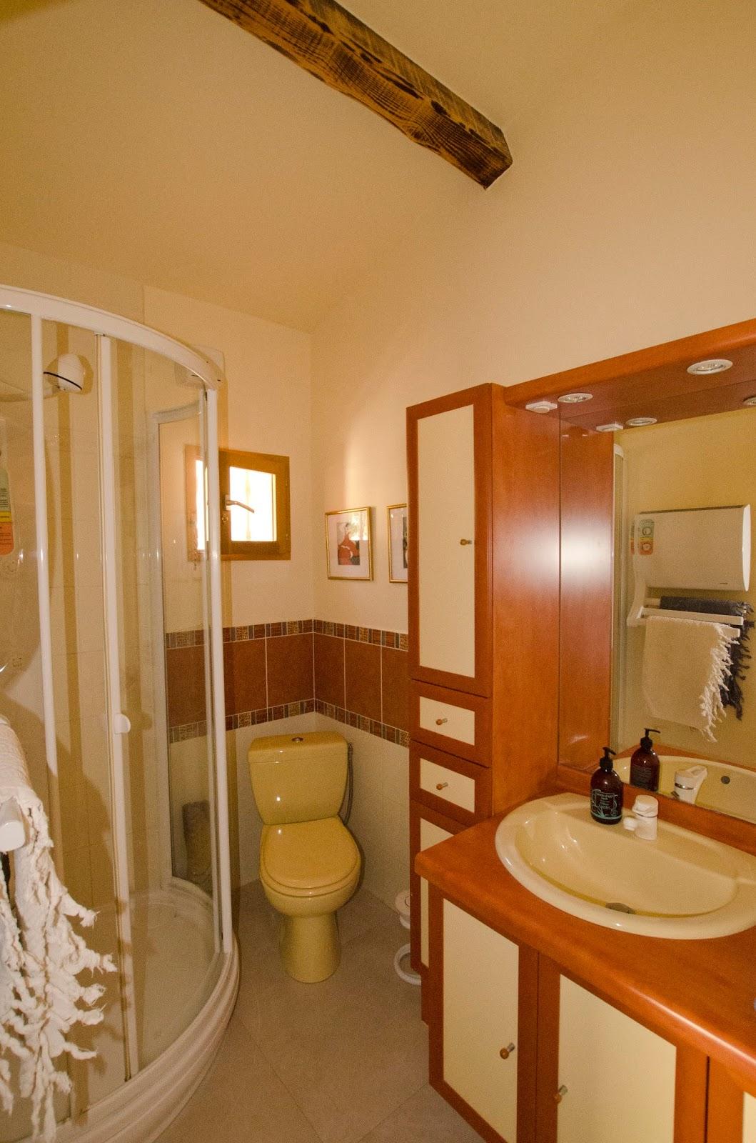 Bandb chambre d 39 h tes piscine chauff e jacuzzi entre aix for Ligne 25 aix salon