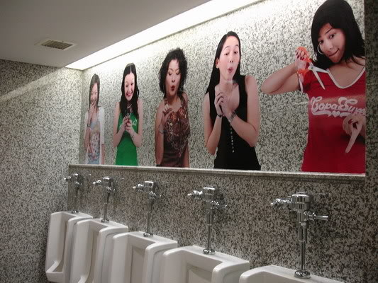 Gambar Lucu : Banyak Cewek Di Toilet Pria