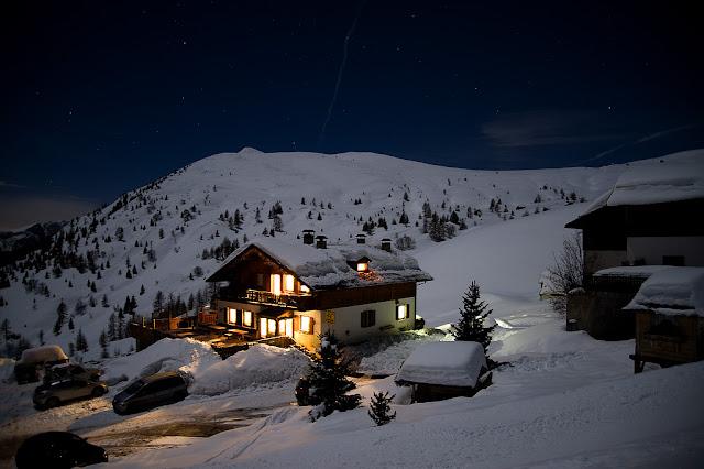 Il rifugio Fedare fotografato di notte, con la neve