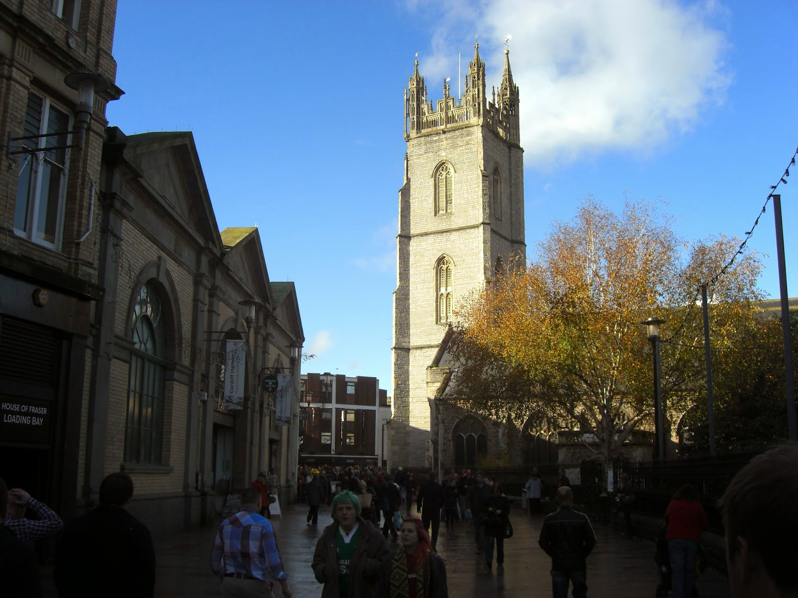 Kościół St. John the Baptist od strony the Hayes. Po lewej Marchnad Caerdydd