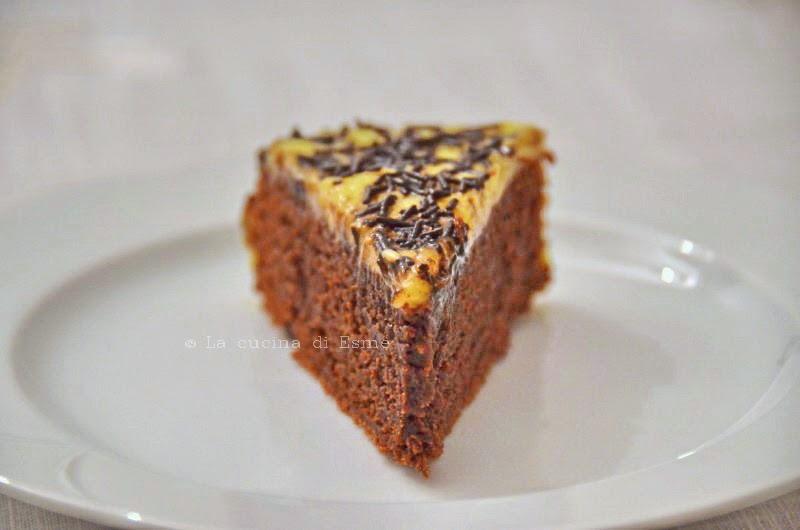 torta al cioccolato fondente con granella di croccante e copertura di crema all'armagnac