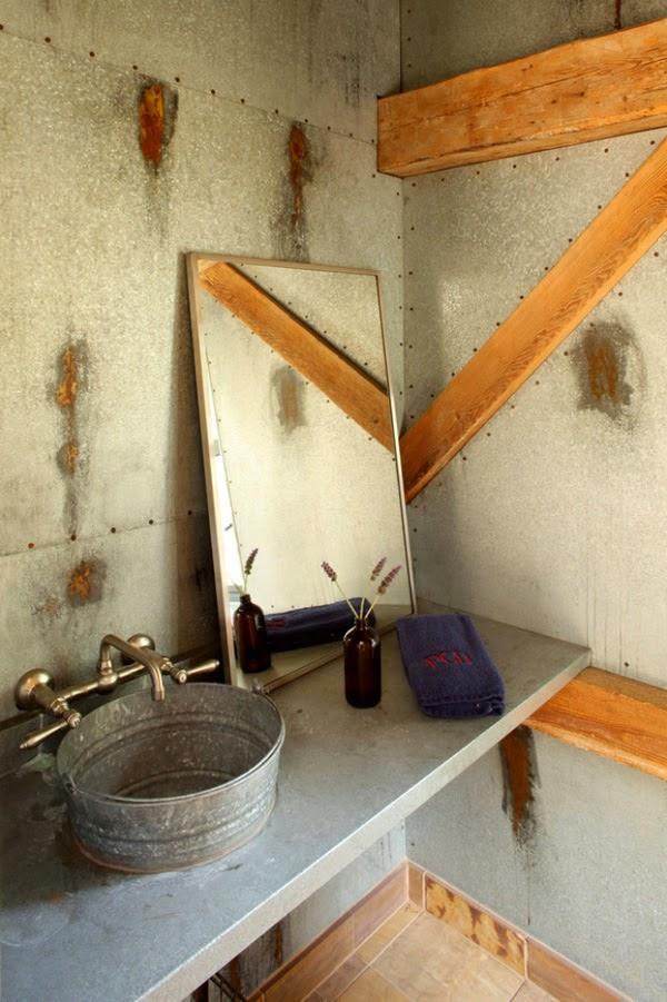 Baños Rusticos Para Casa De Campo:21 Una pica con aspecto de cubo de latón hará que tu baño rústico