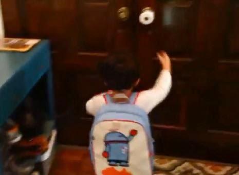 Veja Como essa Criança vai para Escola