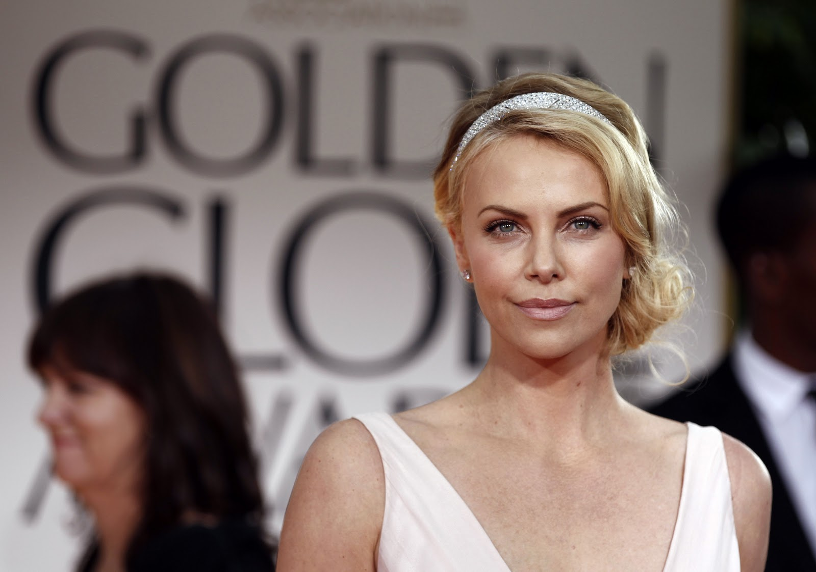 http://1.bp.blogspot.com/-Lu0zG3SHxjs/TxSpHewFs6I/AAAAAAAAAFs/ks8Wqz4QLgE/s1600/charlize_theron_69th_annual_golden_globe_awards_in_beverly_hills_january_15_2012_rYXbD84.jpg