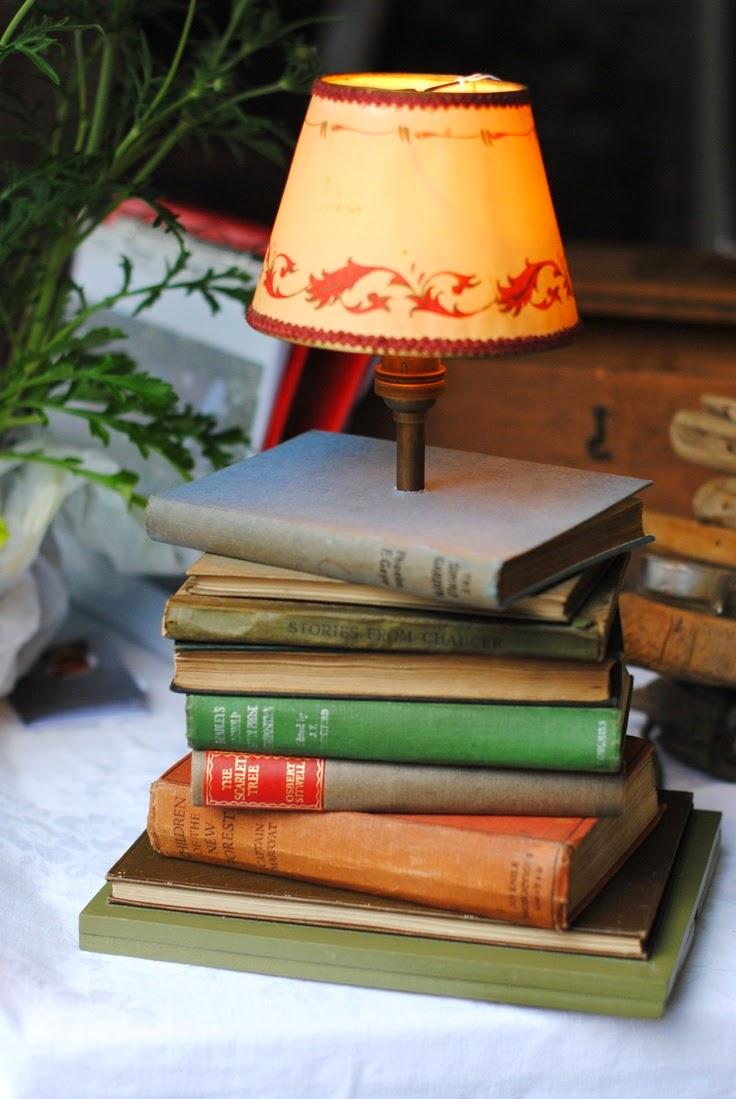 اباجورة بقاعدة من الكتب القديمة
