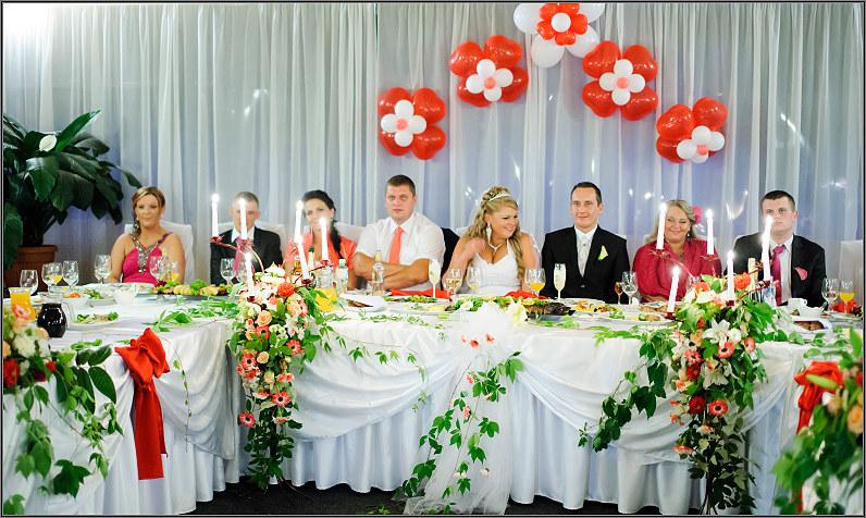 prabangus vestuvinio stalo dekoras su gyvomis gėlėmis
