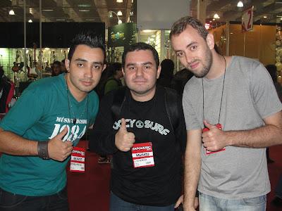 Rodrigo Mouras, Elvis Almeida e Tiuzinho. A feira propiciou o encontro destes 3 jovens guitarristas que até então só se conheciam pela Internet. - Central do Rock