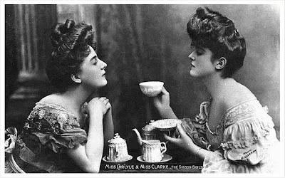 damas victorianas tomando el té en una foto muy antigua