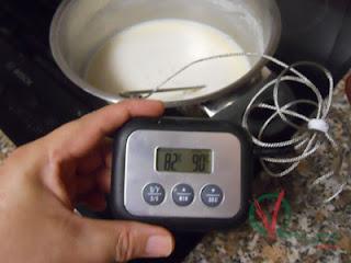 Esperar a que la temperatura de la leche baje a poco más de 80 grados.