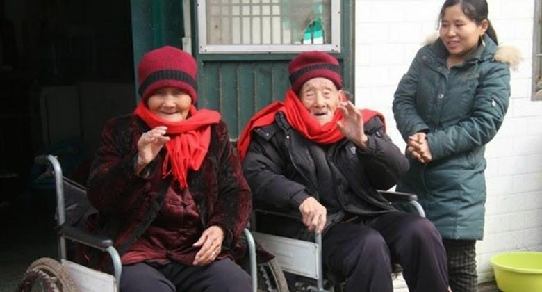 Kakek Nenek ini 90 Tahun Menikah Namun Tetap Romantis