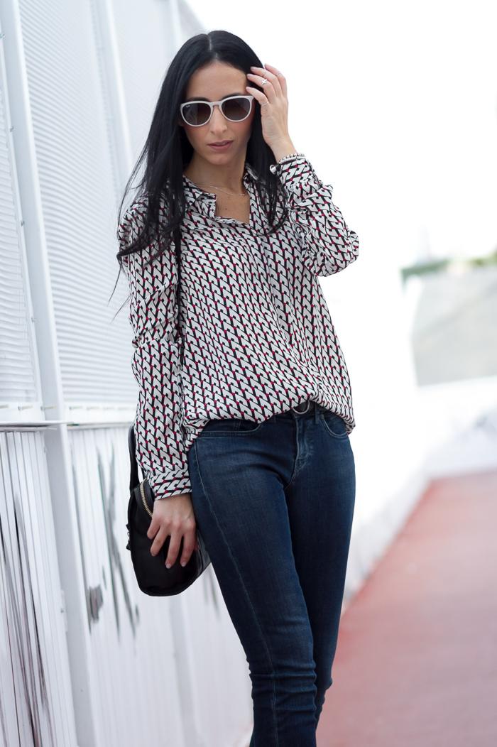 CAmisa jeans y gafas de sol Ray Ban Erika en color blanco blogger tendencias estilo comodidad