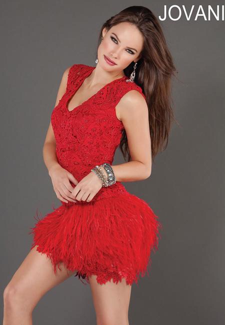 къса червена дантелена рокля с пера