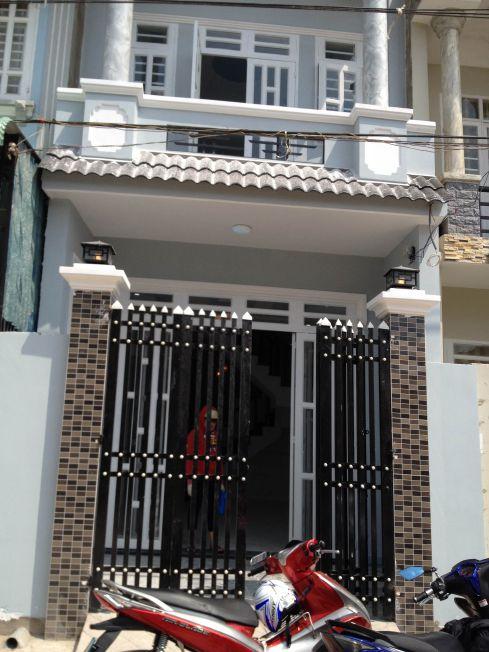 Bán nhà mặt tiền bình dương có cổng rào kiên cố.