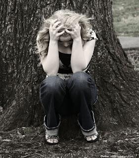 ذهَبَ الحَبُ فَتردىَ قَتِــــــــيــلا ~{بقَلَمِيْ}~ sad-girl.jpg