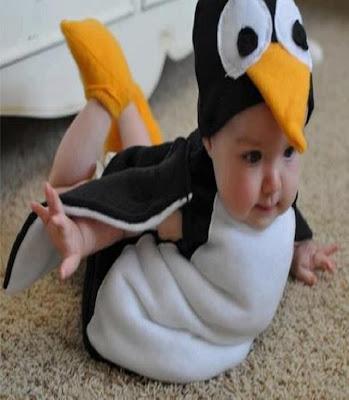 Bébé se déguiser en un pingouin