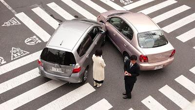 ::Nyaris-nyaris kereta aku kena langgar::