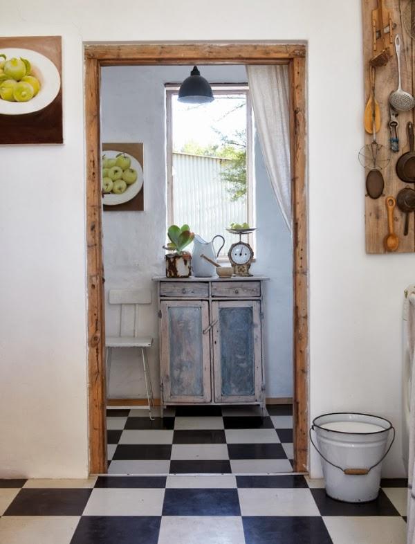 suelo cocina con baldosas blancas y negras