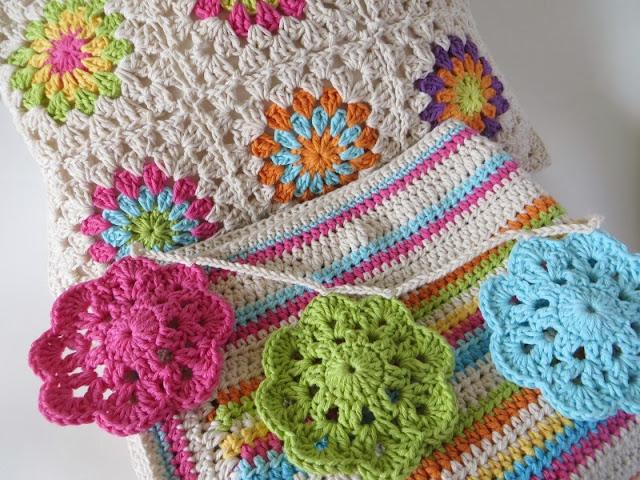 conjunto de manta y almohadon de hilo tejido al crochet