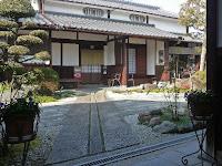 築四百年以上経つ中小路家(国登録有形文化財)は、江戸時代庄屋であった。