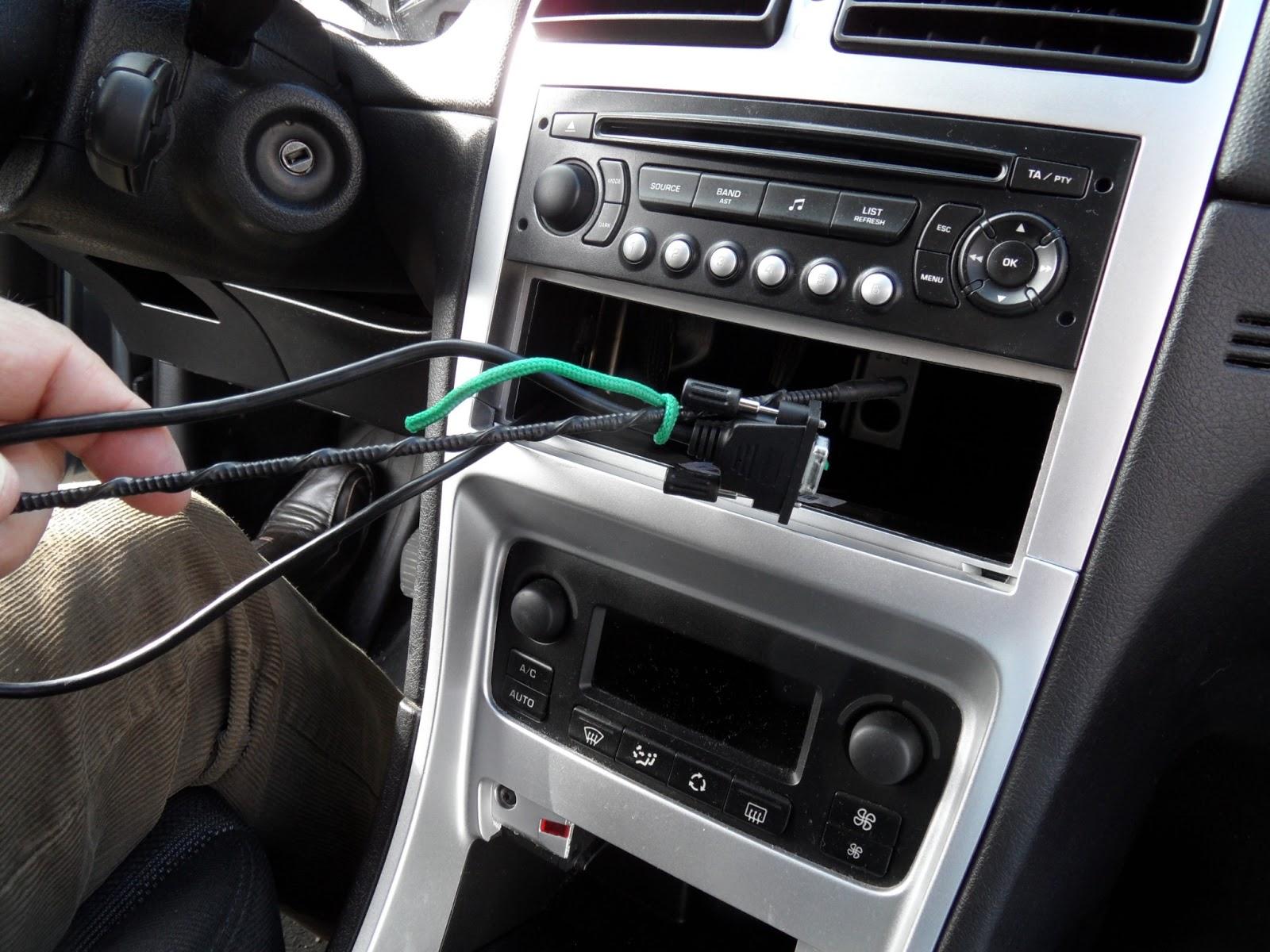Mis enredos pensamientos y actividades instalaci n de un mp3 simulador de cargador de cds en - Poner luz interior coche ...