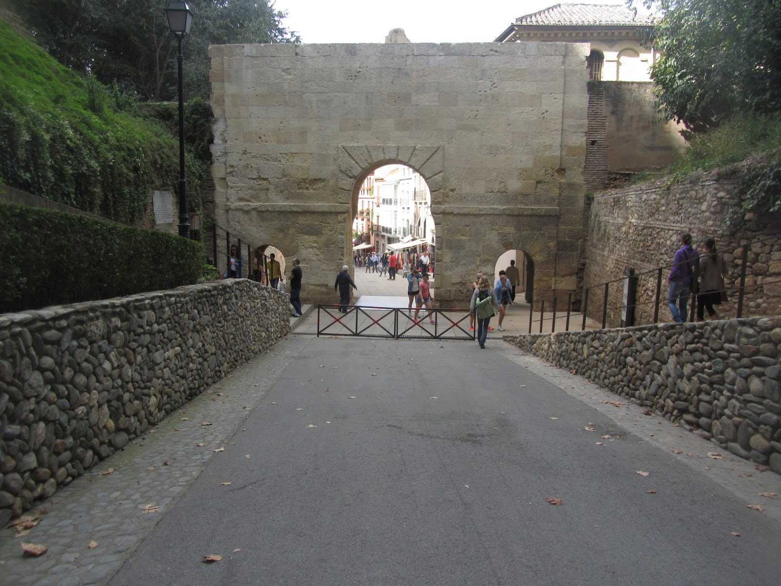 Vista trasera de La Puerta de Las Granadas y cuesta de Gomérez.