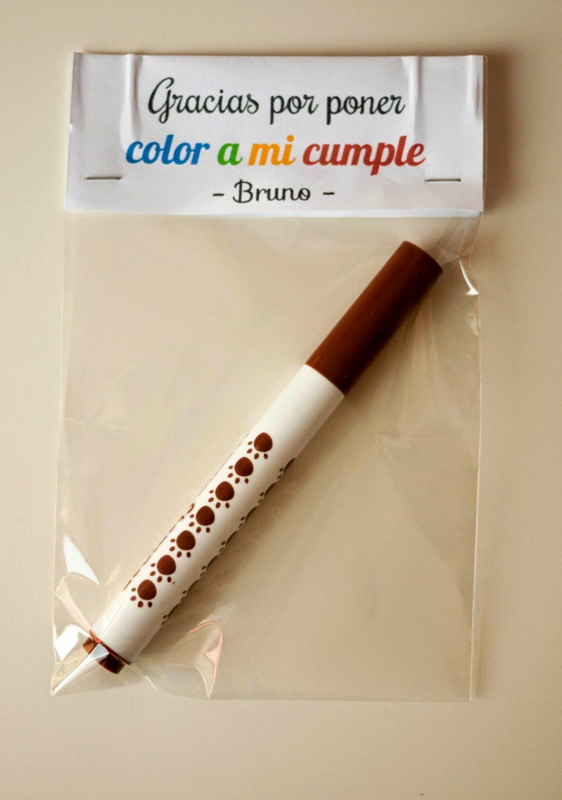 """Un rotulador empaquetado con la frase """"Gracias por poner color a mi cumple"""", para ofrecer como regalo de agradecimiento de cumpleaños"""