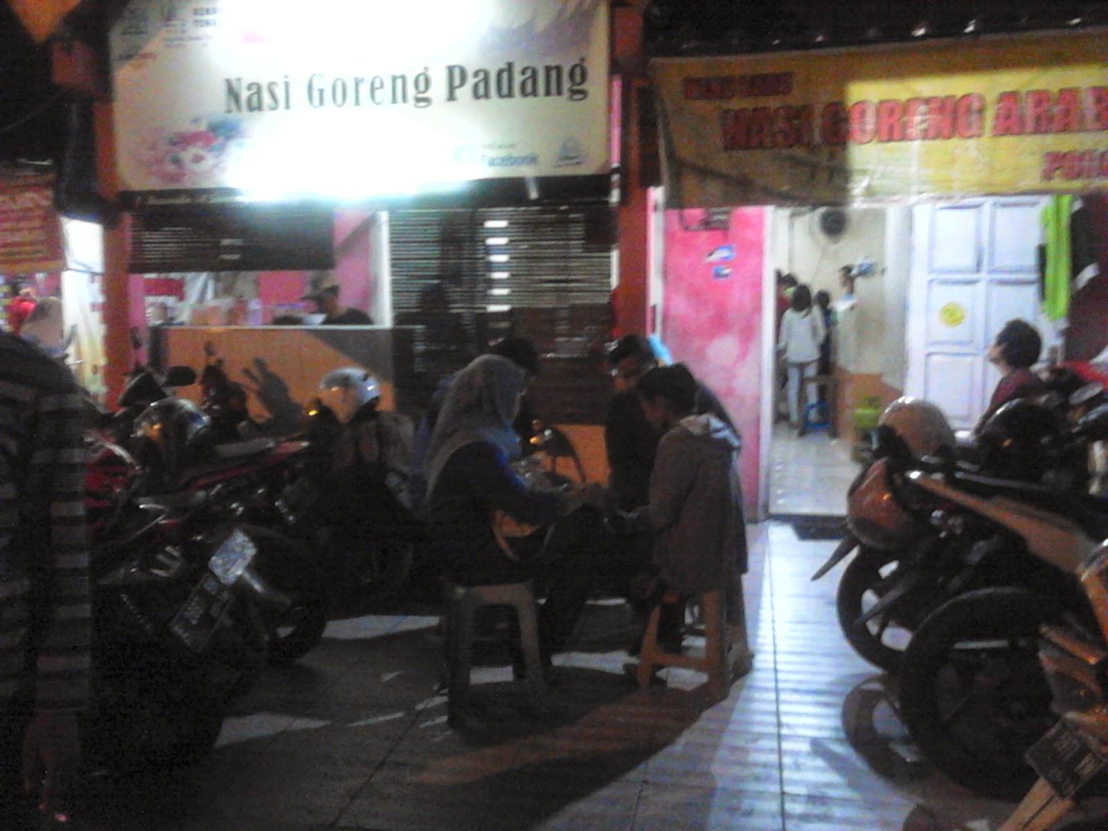 Ramainya Nasi Goreng Padang saat malam hari