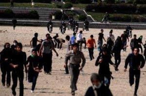 دراصفهان در میدان انقلاب و خیابان های اطراف آن بویژه خیابان چهارباغ در دو طرف سی وسه پل