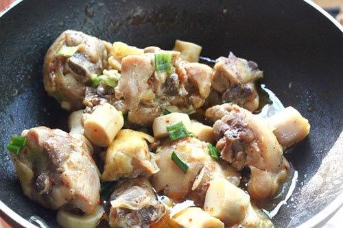 Cho măng vào nồi. Cho vào nồi ít nước đã đun sôi lạnh để thịt gà không bị cháy và tạo nước trong quá trình đun. Thêm vào một thìa nhỏ nước mắm, một thìa nhỏ muối, một ít hạt nêm, ít ớt tươi thái nhỏ.