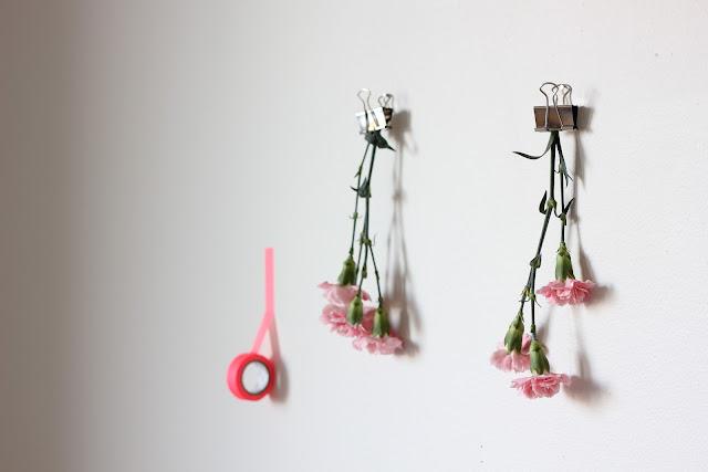 With Designs leker seg med blomster og veggdekor